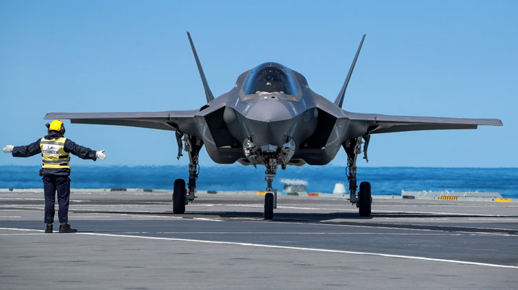 F-35 jets mark first landing on HMS Queen Elizabeth